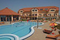 Aqua-Spa Hotel 4* külső élménymedencéje Cserkeszőlőn Aqua Spa Hotel**** Cserkeszőlő - Akciós wellness csomagajánlatok félpanzióval Cserkeszőlőn -